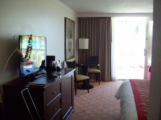 Memories Grand Bahama Beach and Casino Resort : King ocean view room - TV and table w/ chairs