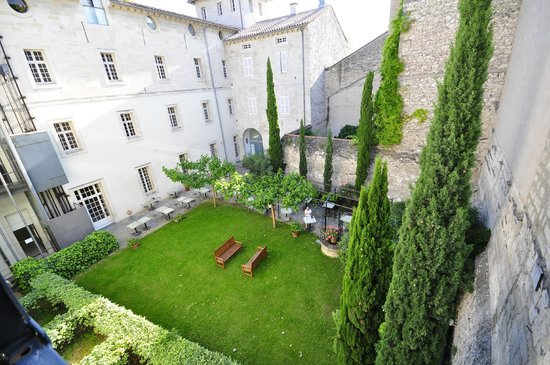 Hotel Cloitre Saint Louis: view of the courtyard from my room