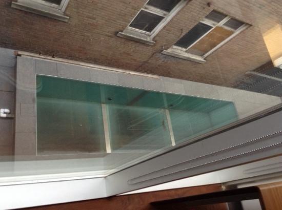 Templar Hotel: piscine vide et sale
