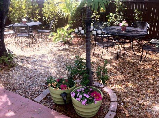 Sweet Savannah's: Derrière la boutique, se trouve un jardin au calme et très mignon :)