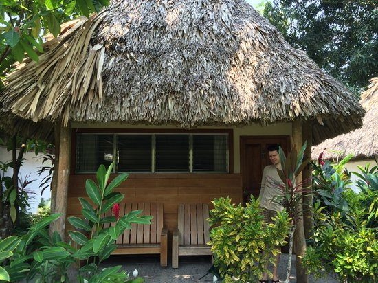 Hotel Tikal Inn: Bungalow #11 - all bungalows look like this, with benches out front
