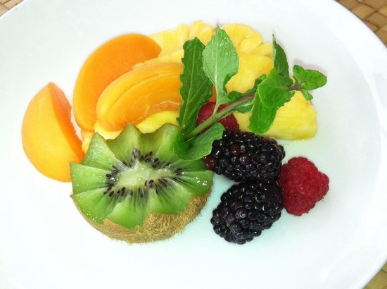 Old Wailuku Inn at Ulupono : First course fresh fruit, different every day of the week!