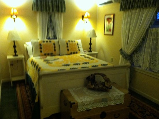 Old Wailuku Inn at Ulupono: The Ilima Room, my favorite!