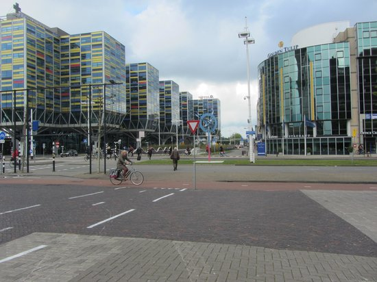 Golden Tulip Leiden Centre: Golden Tulip on the right. Shows adjacent street.