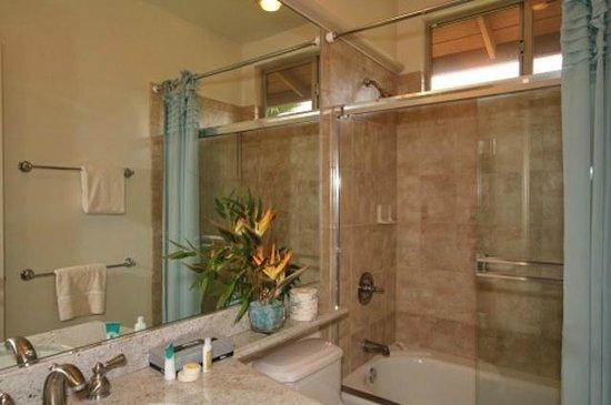 Fairways at Mauna Lani: modern bathrooms