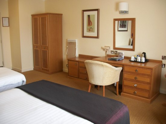Abbey Hotel Golf & Spa: Spacious room