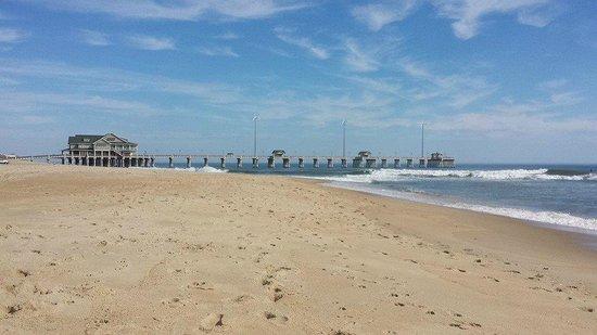 Comfort Inn South Oceanfront: Beach Immediately Behind Hotel Showing Jennette's Pier