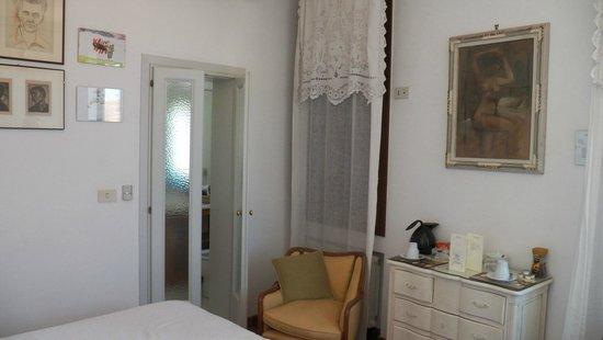 Sandra Bed and Breakfast: Canal Room looking towards bathroom.