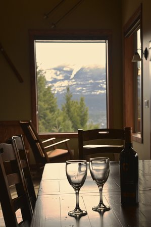 Cedar House Restaurant & Chalets : Mountain View Chalet Dining