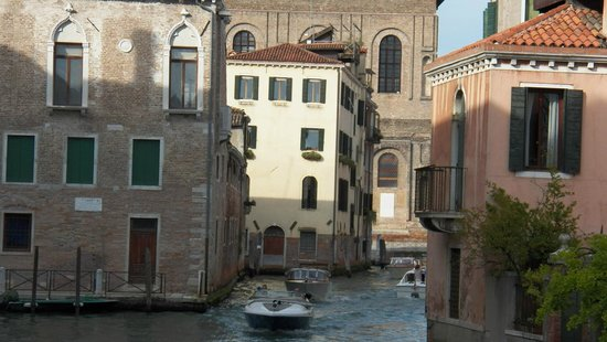 Sandra Bed and Breakfast: View of B&B from Strada Nuova.