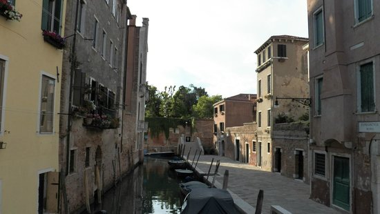 Sandra Bed and Breakfast: View from bridge on Fundamenta Trapolin, close to B&B.