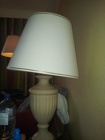 Glasgow Marriott Hotel: Wonky lamp.