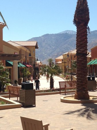 Desert Hills Premium Outlets: Lovely view while shopping