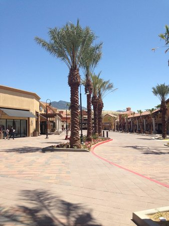 Desert Hills Premium Outlets : Beautiful area!
