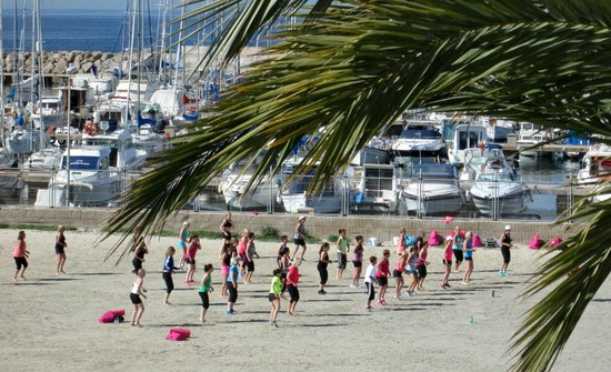 Hotel Las Arenas: zumba on the beach
