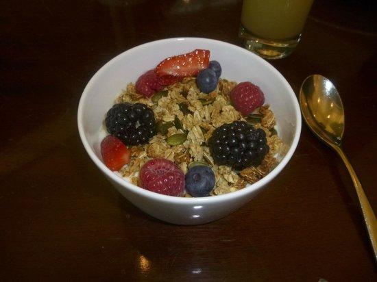 Gordon Ramsay Plane Food Restaurant: Granola, yoghurt and berries