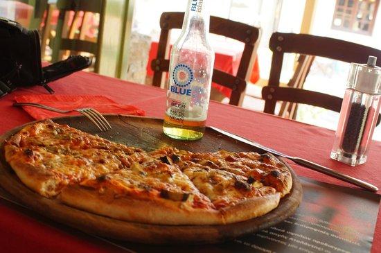 Camaron Restaurant: pizza on a blue island!