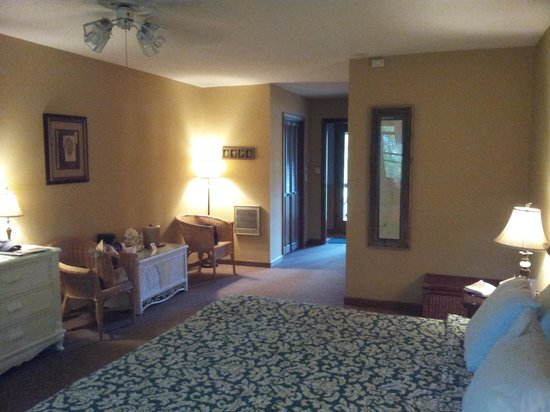 Laurelwood Inn: Room 302 - Spacious