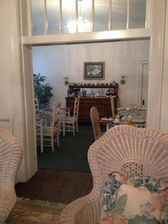 The Generals' Quarters Inn: Looking into breakfast area