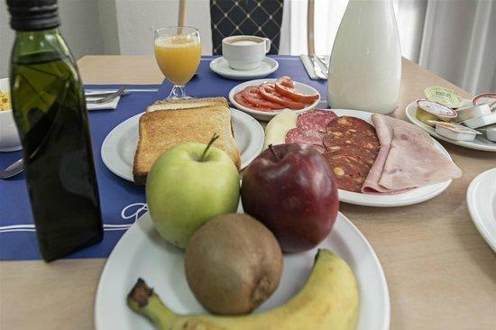 Hotel Apartamentos El Faro: Buffet Desayuno
