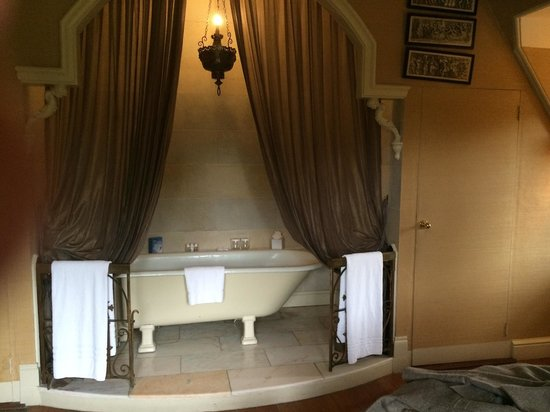 Castle Leslie Estate: The bath. Room for two :)