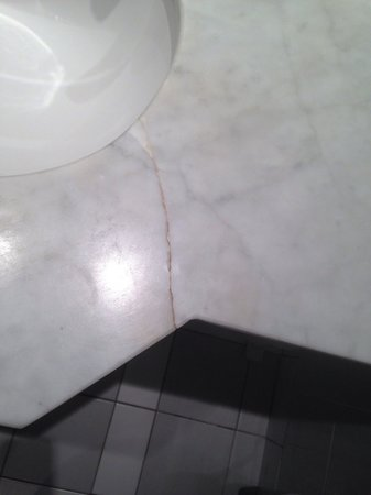 Tara Towers Hotel: Cracked Sink !