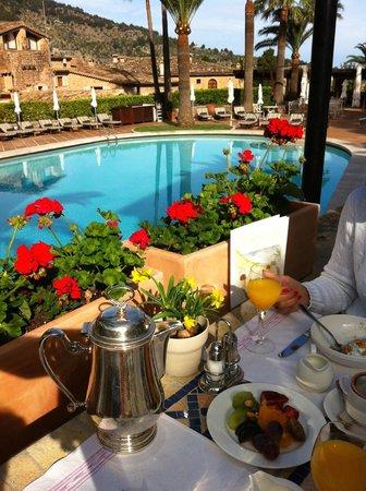 Belmond La Residencia: breakfast by the pool