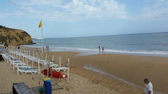 Praia dos Olhos de Água : praia com apoio