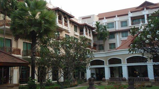 Sokha Angkor Resort: Hotel and bar