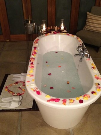 Savanna Private Game Reserve : Tub prepared with warm bath after our evening game drive