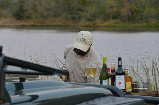 Savanna Private Game Reserve : Sundowners being prepared by Julius