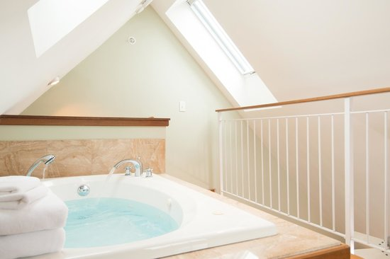 8 Dyer Hotel: Penthouse tubs are in the loft