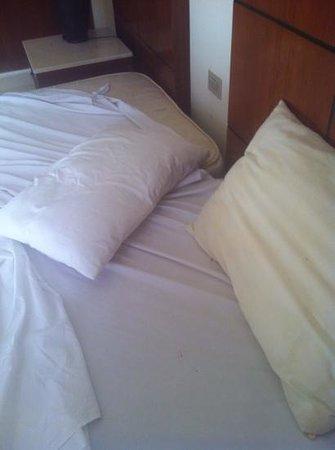 Otium Hotel Golden: letto sporco