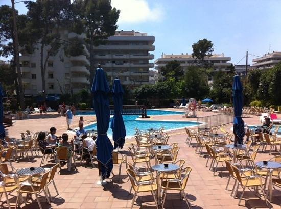 Hotel Marinada: terraza y piscinas