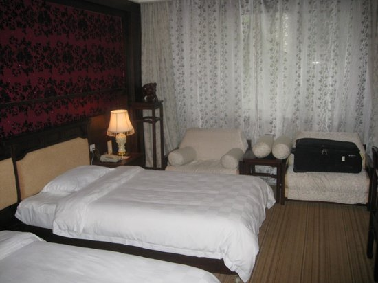 New Century Hotel: Bedroom - beds were comfortable