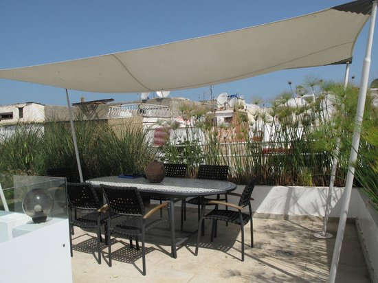 Riad Zyo : La terrasse et la table en zelige