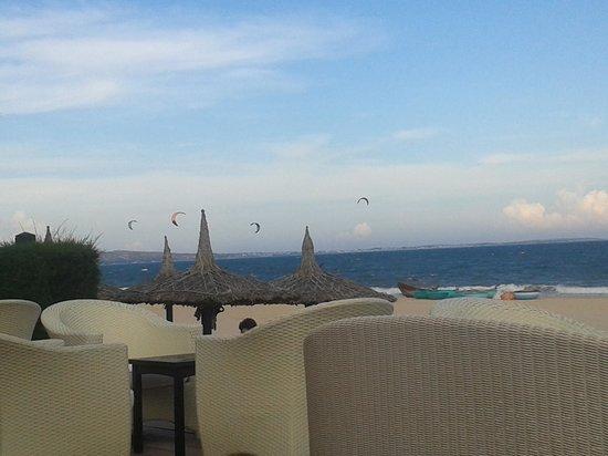 Anantara Mui Ne Resort: View from the pool area to the beach with kiters