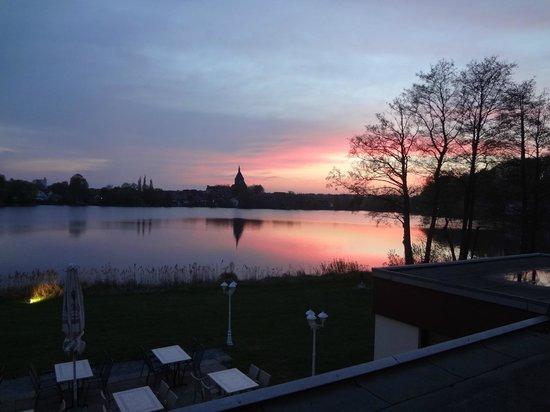 Seehotel Schwanenhof: Evening view to Mölln village