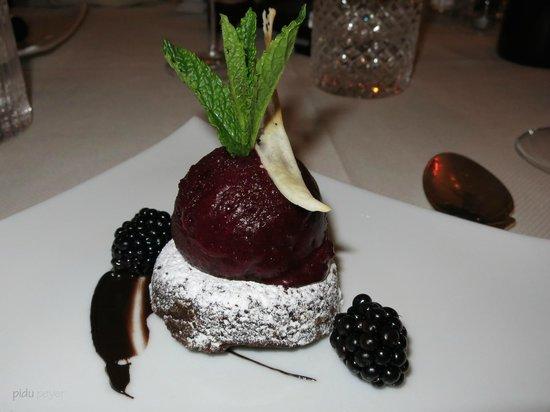 Meisters Hotel Irma: Dessert Cassissorbet mit Brownies