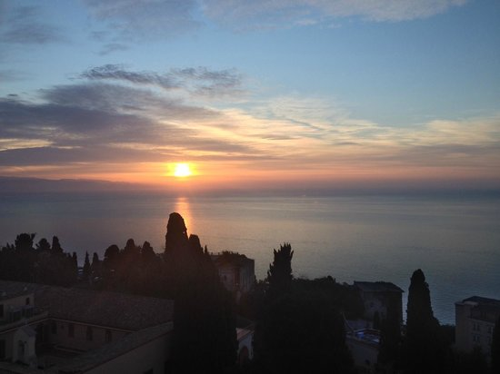 Parc Hotel Ariston & Palazzo Santa Caterina: Sunrise view from the bed