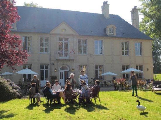 Hôtel Château De Bellefontaine: Petit-déjeuner sur l'herbe