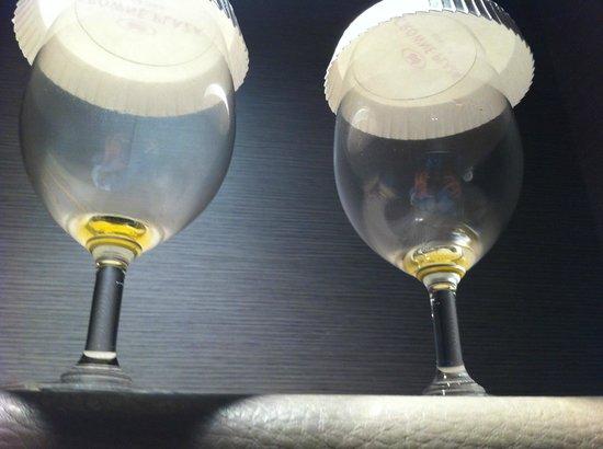 Crowne Plaza Hotel Verona - Fiera: Dirty/used wine glasses in Junior Suite
