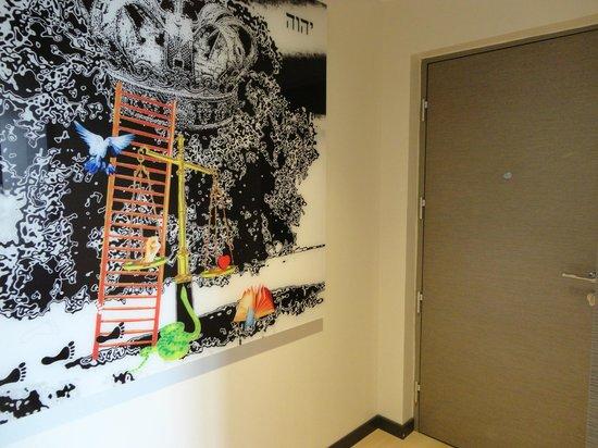 Crowne Plaza Hotel Verona - Fiera: Questionable artwork in Junior suite