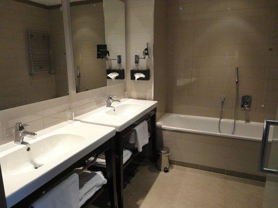 Crowne Plaza Hotel Verona - Fiera: Bathroom in Junior Suite