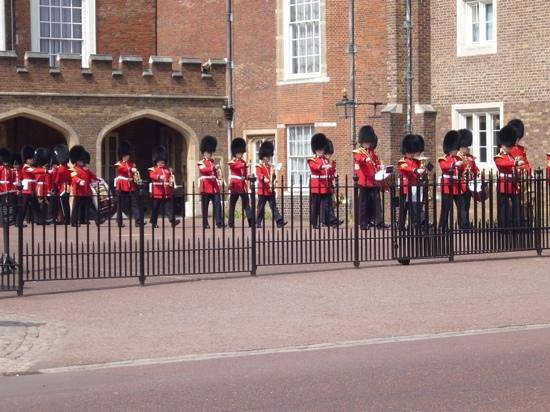 The Original London Sightseeing Tour : The start of the parade to changing of the guard