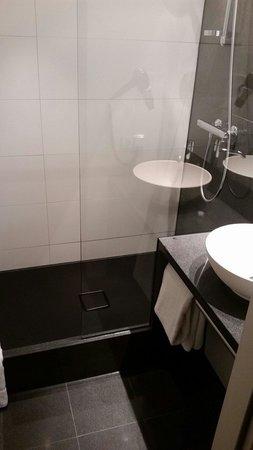 Motel One Essen: Sauberes Bad mit allem was man braucht