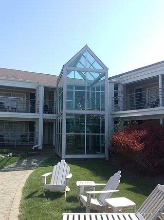Hyannis Harbor Hotel: Courtyard