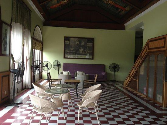 Ta Prohm Hotel: Lounge room