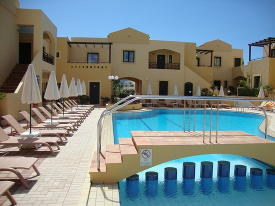 Silver Beach Hotel: patio z basenem
