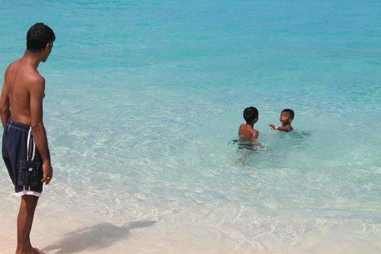 Governor's Beach: kids playing
